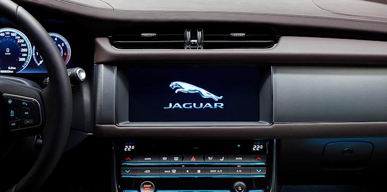 2016_Jaguar_XFL_04