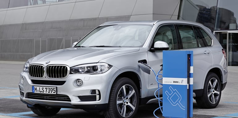 BMW X5 xDrive 40e Exterior colour: Glacier Silver, Upolstry: Ivory White Nappa Leather, Pure Excellence Exterior Design, max. system output: 230kW/313 hp; average consumption: 3,4-3,3 Liter/100 km 15,4-15,3kWh/100km - CO2-emissions: 78 Ð 77 g/km