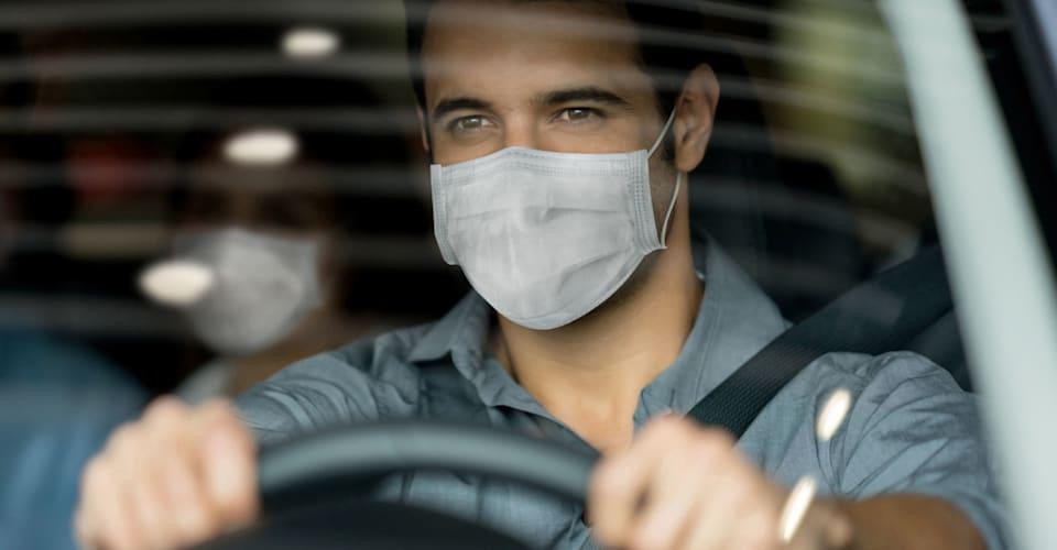 Предупреждение: большой штраф за навешивание маски на зеркало заднего вида во время вождения |  CarAdvice