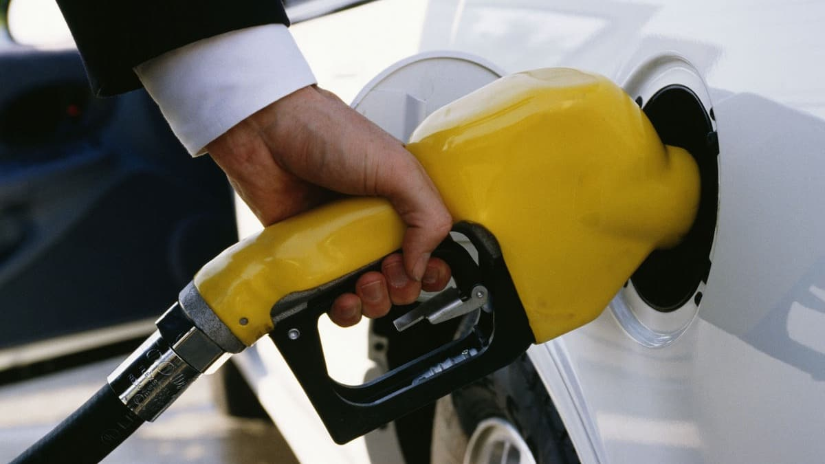 Australia's petrol standards and 'cheap' fuel to remain unchanged until 2027