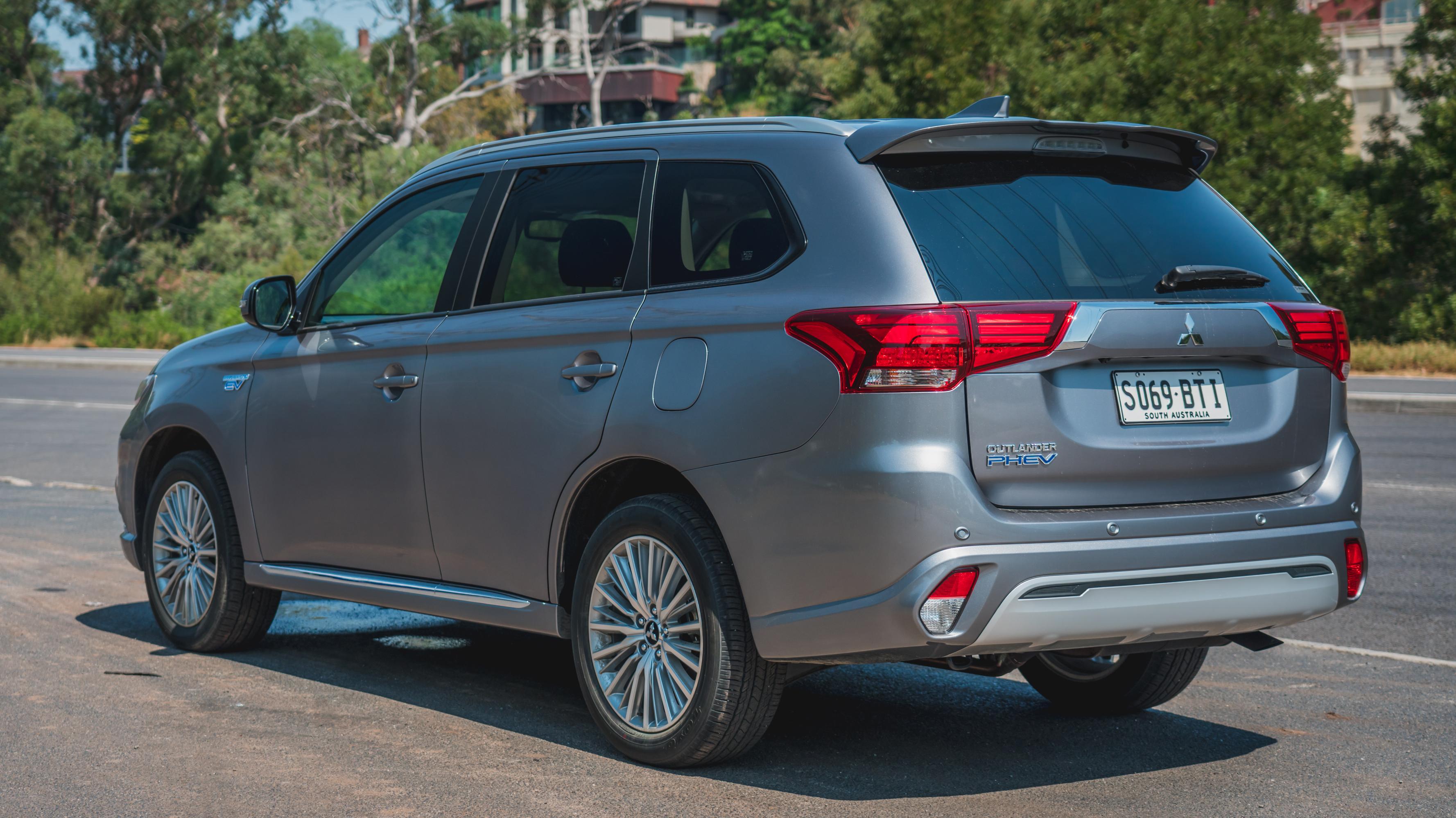 2019 Hyundai Ioniq PHEV v Mitsubishi Outlander PHEV